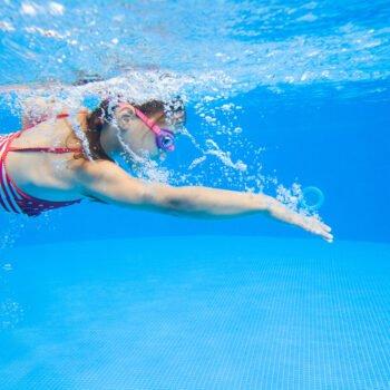 Zwemmend kindje. Zwemmen en een droge huid, een ongelukkige combinatie?