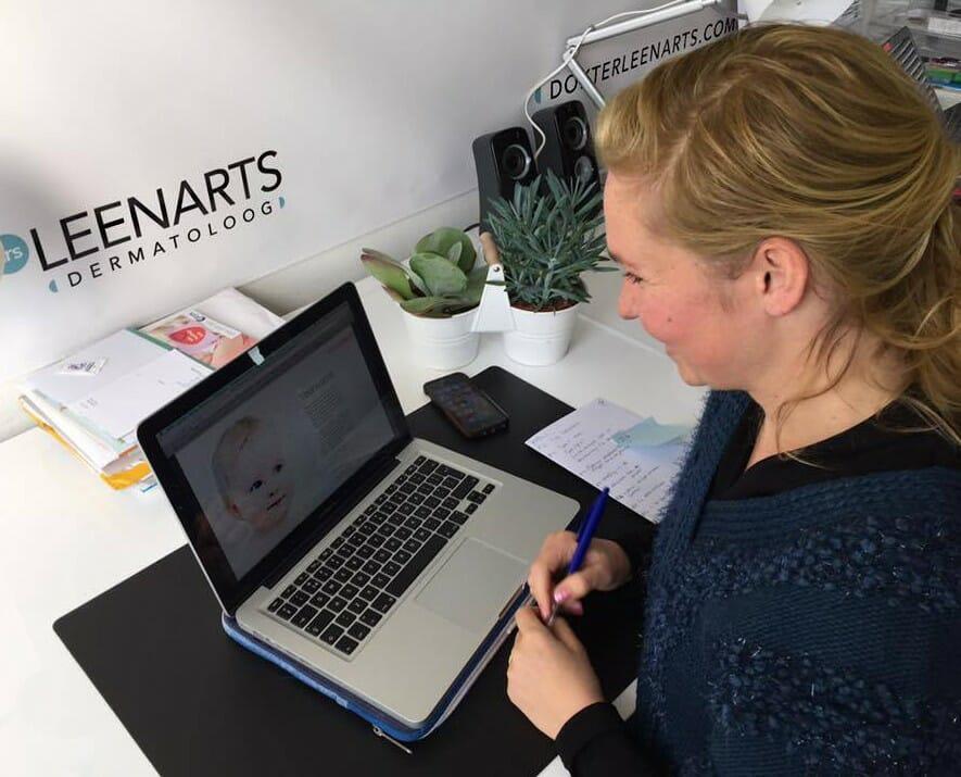 Dermatoloog Leenarts werkt aan haar handboek over de Huid 0-4 jaar